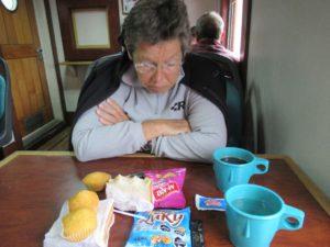 Frühstück unterwegs nach Puerto Williams. Kekse, Muffins, Plörre...