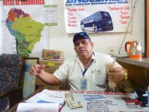 Son Pablo verkauft ein Busticket.
